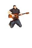 Leidenschaftlicher Gitarrist springt Stockfotos