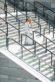 Leidenschaftlicher Kuss auf der Treppe Lizenzfreie Stockfotografie