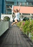 Leidenschaftlicher schöner blonder weiblicher Tänzer springt hoch in die Luft, Stockfoto