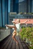 Leidenschaftlicher schöner blonder weiblicher Tänzer springt hoch in die Luft, Stockbilder