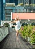 Leidenschaftlicher schöner blonder weiblicher Tänzer springt hoch in die Luft, Lizenzfreies Stockfoto
