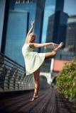 Leidenschaftlicher schöner blonder weiblicher Tänzer springt hoch in die Luft, Stockfotografie