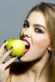 Leidenschaftliches blondes Mädchen mit Apfel Lizenzfreies Stockbild