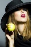 Leidenschaftliches blondes Mädchen mit Apfel Lizenzfreie Stockfotografie