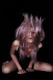 Leidenschaftliches Mädchen mit dem purpurroten Haar Lizenzfreie Stockfotografie