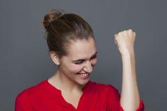 Leidenschaftliches Mädchen 20s für gewinnendes Verhaltenkonzept Lizenzfreies Stockfoto