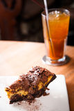 Leidenschaftskuchen und -schokolade auf Spitzen-wiith Glas Tee Stockfoto