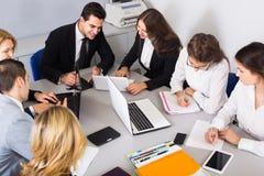 Leider met professionele ambtenaren die voorbereidend contract bespreken Royalty-vrije Stock Afbeelding