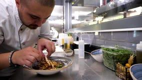 Leider in restaurantkeuken die geroosterd kippenvlees schikken stock video