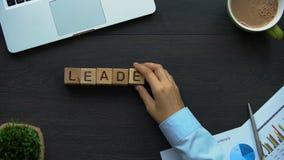 Leiding, bedrijfsvrouw die woord van kubussen maken, capaciteit om team, macht te leiden stock videobeelden