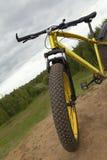 Leiding van Vette fiets bij horizontale de zomerplatteland - vuile fiets, Royalty-vrije Stock Afbeelding