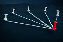 Leiding in zaken Spelden en rood één door draad worden verbonden die stock afbeeldingen