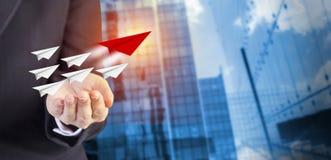 Leidingsconcept bedrijfsvrouwenhand met document vliegtuigen Stock Afbeeldingen
