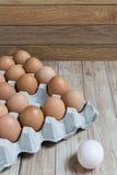 Leidingsconcept: Het witte ei is opmerkelijk van de groep  Stock Afbeeldingen