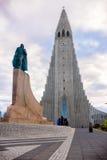 Leifur Eriksson Standing alto en la iglesia de Hallgrimskirkja, Rey Foto de archivo