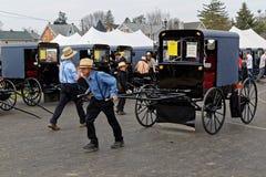 Leilão do transporte de Amish no Condado de Lancaster fotos de stock royalty free