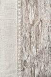 Leinengewebe mit Spitze auf dem alten hölzernen Hintergrund Stockbild
