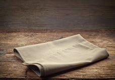Leinenserviette auf Holztisch Lizenzfreies Stockfoto