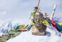 Leinin朝向雕象在列宁峰,帕米尔顶部山 库存照片