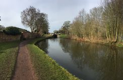 Leinpfad durch den Kanal Trent u. Merseys in Staffordshire-Landschaft Stockbild