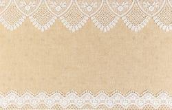 Leinwandbeschaffenheit mit weißer Spitze auf Holztischhintergrunddesign lizenzfreies stockbild