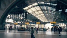 LEIPZIG, ALEMANHA - 1º DE MAIO DE 2018 Salão de estação de trem central fotos de stock