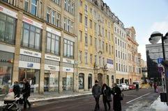 Gente que camina en el centro de Leipzig fotos de archivo