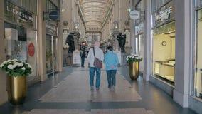 LEIPZIG, ALLEMAGNE - 1ER MAI 2018 Les couples supérieurs marchant dans le Madler passent le centre commercial Photo libre de droits