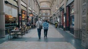 LEIPZIG, ALLEMAGNE - 1ER MAI 2018 Les couples supérieurs marchant dans le Madler passent le centre commercial Photos libres de droits