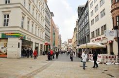 Leute, die in die Mitte von Leipzig gehen stockfotografie