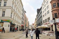 Leute, die in die Mitte von Leipzig gehen lizenzfreies stockfoto