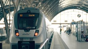 LEIPZIG, DEUTSCHLAND - 1. MAI 2018 Moderner Zug am Hauptbahnhof Stockbilder
