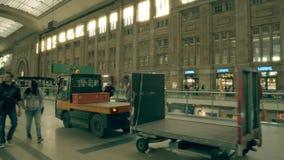 LEIPZIG, DUITSLAND - MEI 1, 2018 Nutsvoertuig bij Hauptbahnhof of Centraal station Stock Afbeeldingen