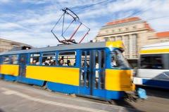 Leipzig Tyskland centralstation med den rörande spårvagnen Arkivbild