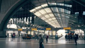 LEIPZIG TYSKLAND - MAJ 1, 2018 Central järnvägsstationkorridor arkivfoton
