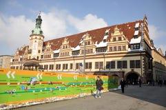 Turister near Leipzig gammala Townhall Arkivbilder