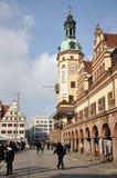 Turister near Leipzig gammala Townhall Royaltyfria Foton