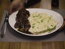 Leiste Mignon und Risotto auf der Restauranttabelle stock video