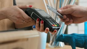 Leisten Sie Bankzahlung mit Kreditkarte im Kaffeehaus stock footage