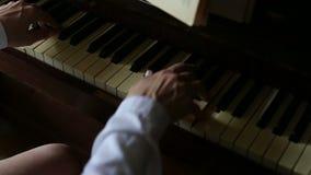 Leistung auf dem Klavier stock video