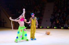 Leistung der Clowngruppe Moskau-Zirkusses auf Eis Stockfoto