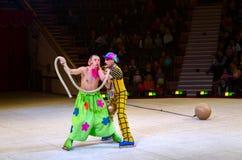 Leistung der Clowngruppe Moskau-Zirkusses auf Eis auf Ausflügen Stockbild