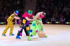 Leistung der Clowngruppe Moskau-Zirkusses auf Eis auf Ausflug Stockfotografie