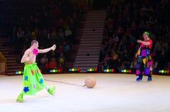 Leistung der Clowngruppe Moskau-Zirkusses auf Eis auf Ausflug Stockbilder