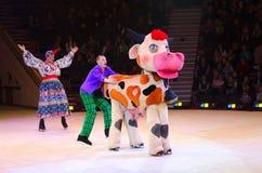 Leistung der Clowngruppe Moskau-Zirkusses auf Eis zur Zeit von zu Stockfoto