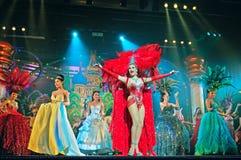 Leistung der Schauspieler auf Stadium Alcazar-Thailand-Kabarettshow Lizenzfreie Stockbilder