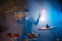 Leistung des Rockbands Der Gitarrist spielt Solo Der Bass-Spieler spielt Solo vertreter Bass Drum Nahaufnahme Stockfoto