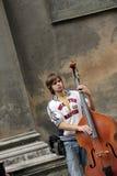 Leistung des Straßenmusikers ist in Lviv Stockbild