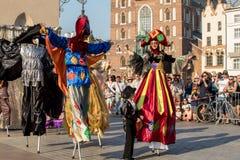 Leistung des Tanz-Festzuges führte byThe Kiew-Straße Theater-Höhepunkte an der 31. Straße - internationales Festival der Straße T Stockbild