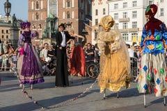 Leistung des Tanz-Festzuges führte byThe Kiew-Straße Theater-Höhepunkte an der 31. Straße - internationales Festival der Straße T Lizenzfreie Stockfotografie